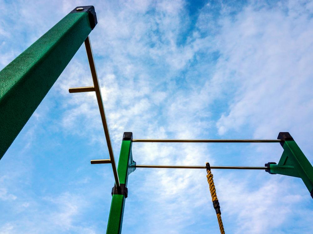 prise marteau pull up atlasbarz Classe de mise en forme en plein air   École du Boisé à Sept Îles
