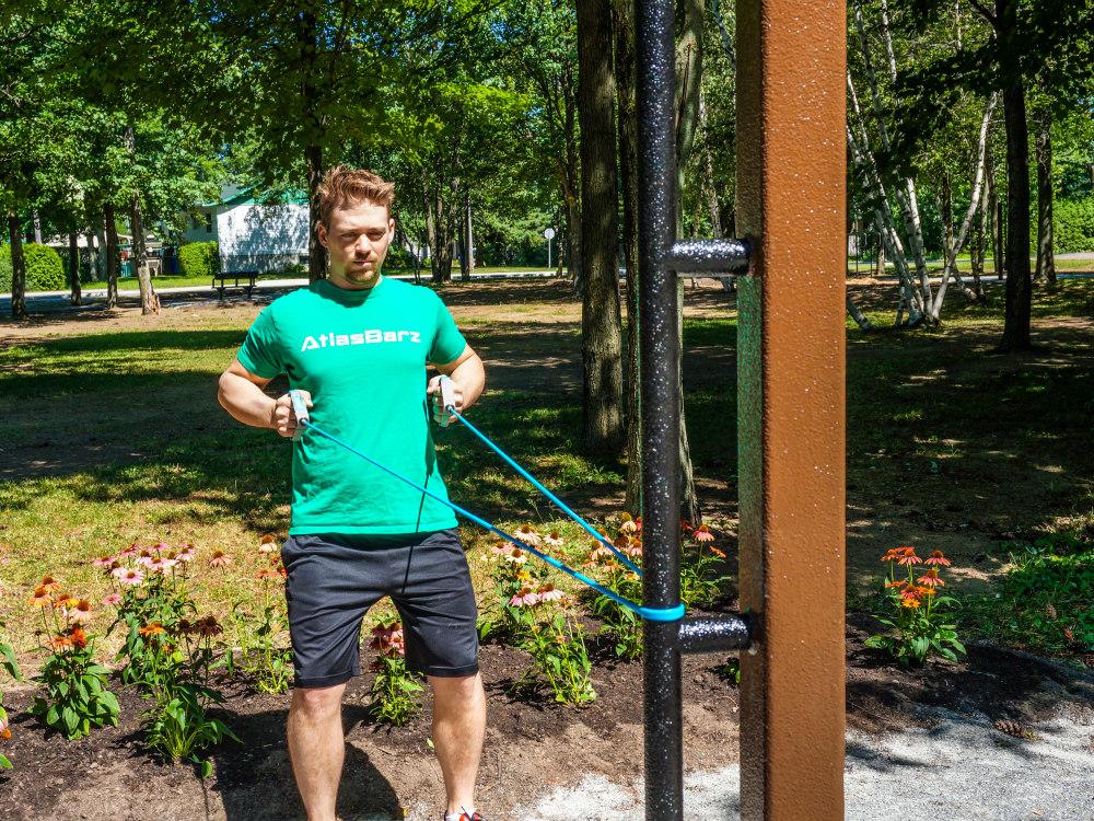 Entrainement avec bande elastique en plein air atlasbarz Comment financer linstallation de votre parcours actif?